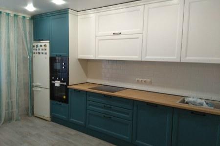 Бело-синяя кухня с фрезеровкой фото