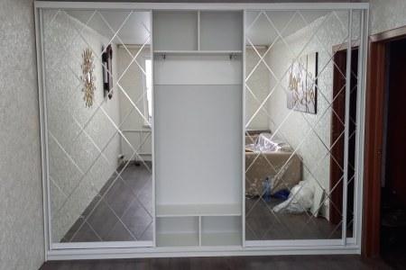 Широкий шкаф-купе с зеркалами и алмазной гравировкой фото