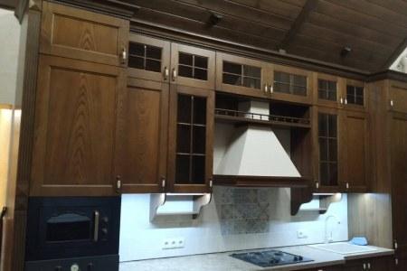 Большая классическая кухня из дерева для дома фото