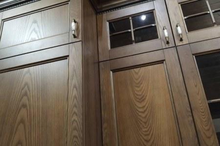 Фасады кухни выполнены из массива дерева фото