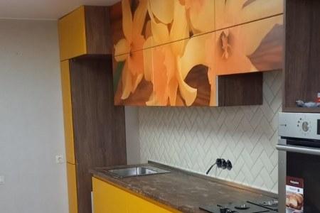 Удобная цветная кухня фото