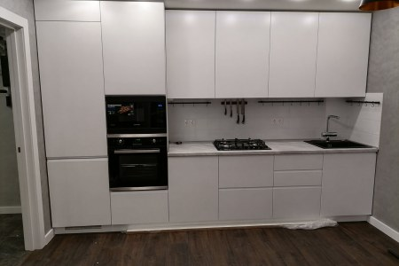 Кухонный гарнитур белый с техникой фото