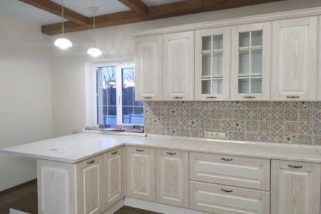 Кухня классика с фасадом из шпона фото