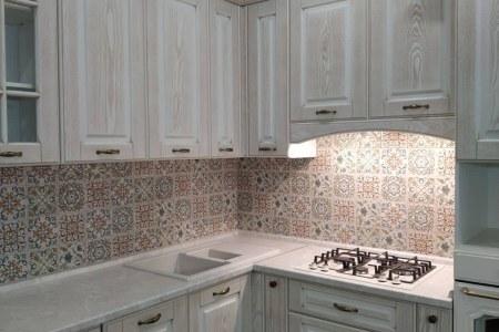 Кухня с фасадами из белого шпона фото