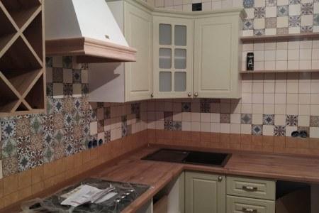 Уютная угловая кухня с бутылочницей фото