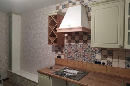 Небольшая угловая кухня с бутылочницей фото
