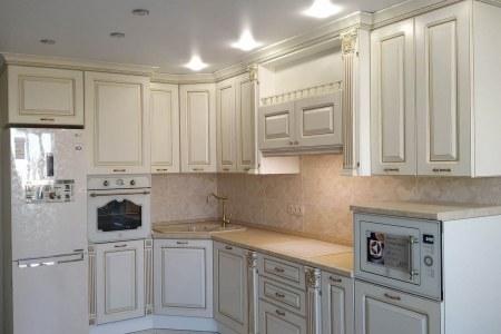 Белая кухня с патиной красное золото фото
