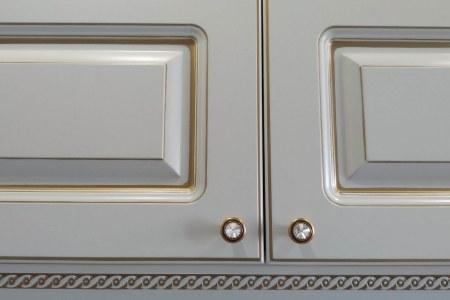 Фасады с фрезеровкой и патиной под золото фото