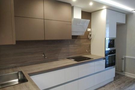 Кухня с фасадами без ручек фото