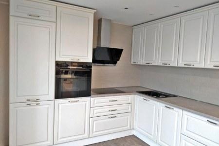 белая угловая кухня с эмалированными фасадами фото