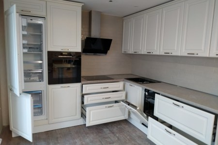 белая угловая кухня с декором