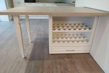 белая угловая кухня с декоративными элементами