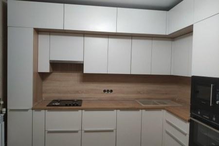 Белый кухонный гарнтитур в стиле минимал