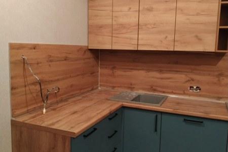 Кухня со стеновой панелью и столешницей под дерево фото