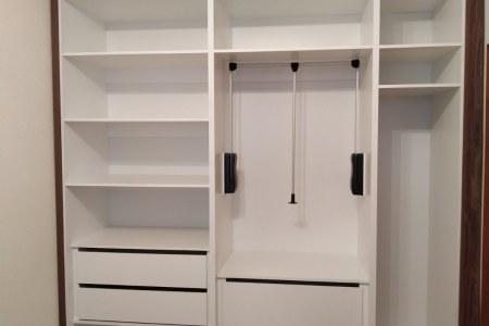 Белый большой распашной шкаф на заказ вид изнутри