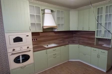 Классическая кухня с карнизом фото