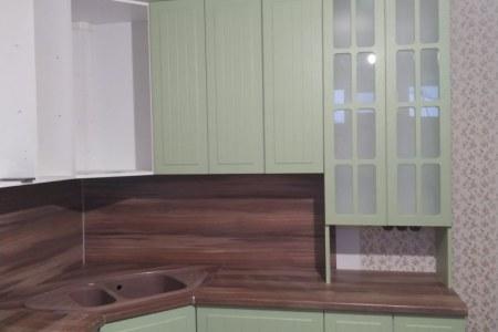 Угловая кухня со стеклом мателюкс фото