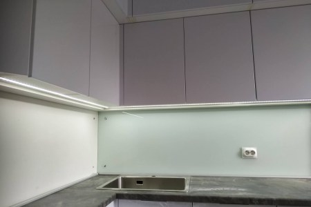 Фасады кухни сделаны из МДФ