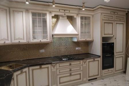 Белая классическая кухня от Владмебстрой фото