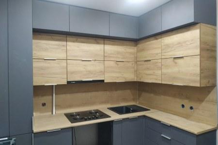 Кухня в сочетании дерева и графита фото