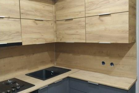 Угловая кухня в сочетании графита и дерева фото
