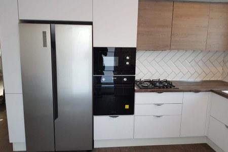 П-образная кухня с фасадами из МДФ светлого цвета фото