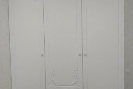 Распашной шкаф с лепниной на заказ фото
