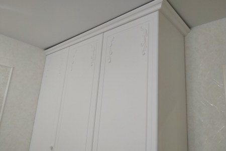 Фасады шкафа из МДФ под пленкой ПВХ с лепниной фото