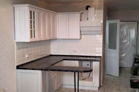 Белая кухня с барной стойкой фото