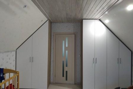 Шкаф-купе необычной формы на мансарде