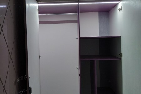 Распашной шкаф с подсветкой в темноте