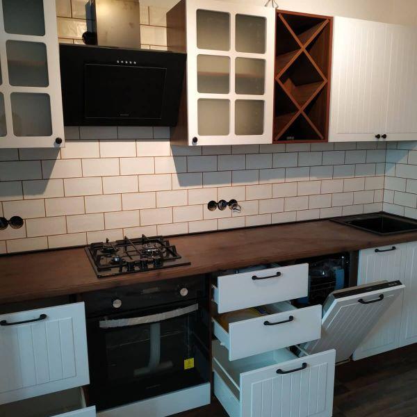 Кухня с красивыми фасадами на верхних ящиках фото