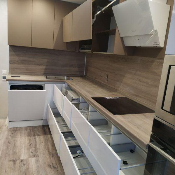 Кухня с выдвижными ящиками фото