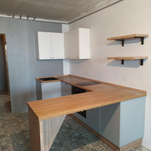 кухня с влагостойкой столешницей