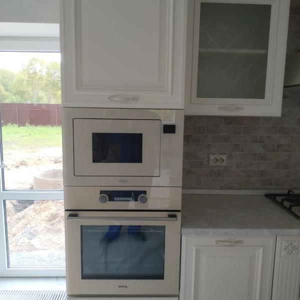 Белая кухня классика со сложной фрезеровкой фасадов