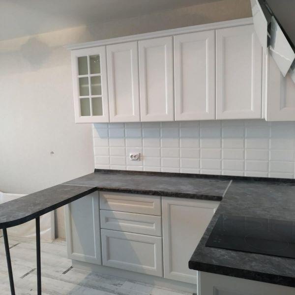 Кухня с ящиками без ручек (фото)