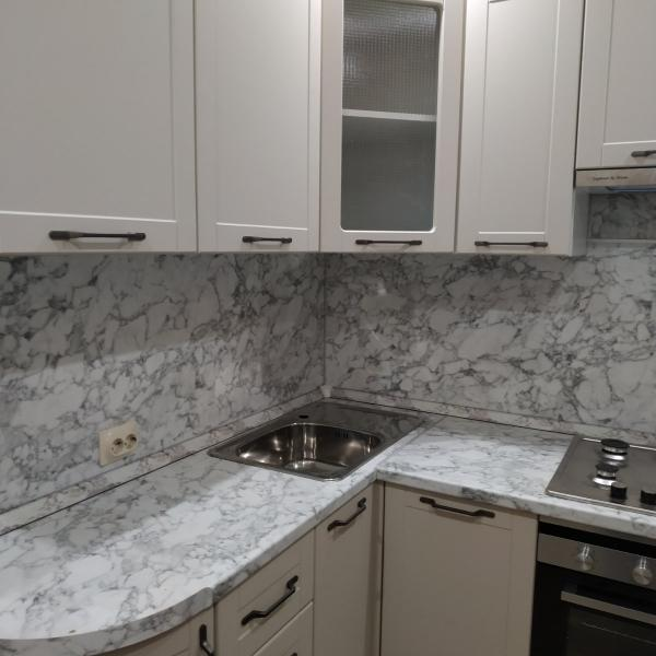 Небольшая кухня с техникой под ключ
